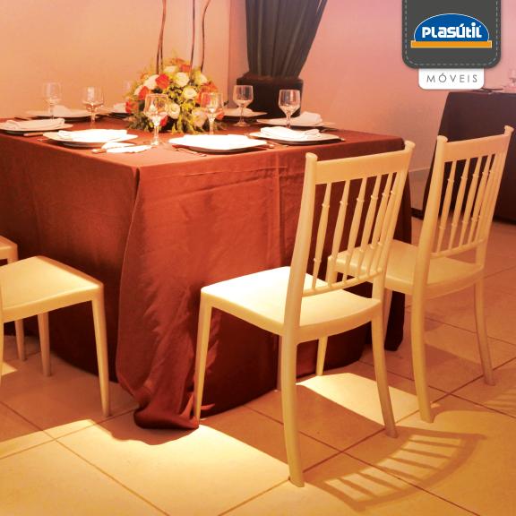 O sucesso do seu evento também depende da decoração aplicada e o clima que ela remete. A Cadeira Carina é leve e delicada, perfeita para eventos formais.
