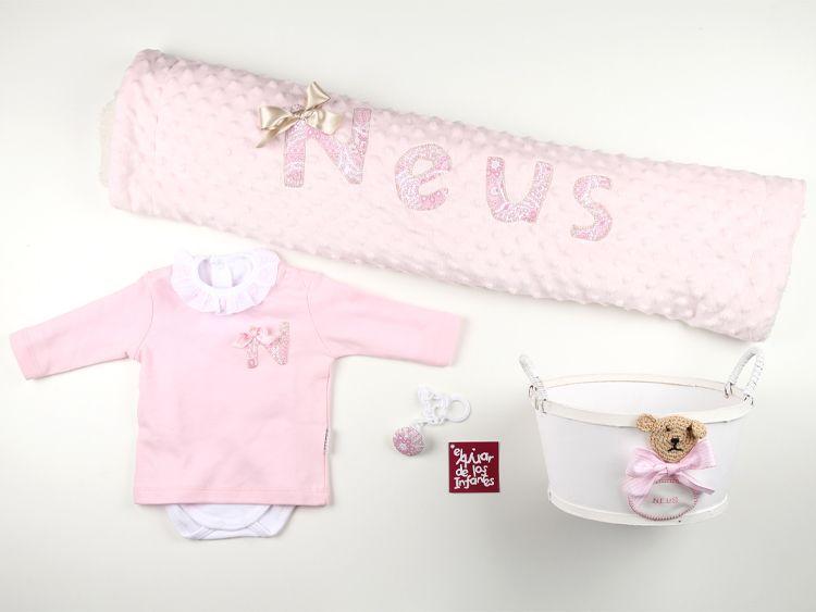 regalito para una recién nacida, con su body, camiseta, mantita, chupetero y cestita para decorar su habitación, todo ello completamente personalizado y a juego
