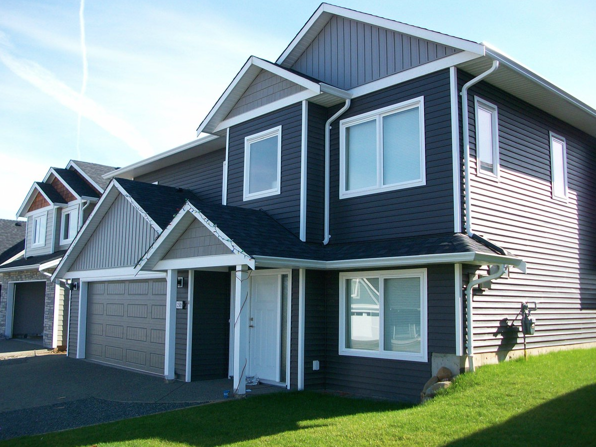 Kaycan Vinyl Siding Manor Siding With Castlemore Board Batten And Shakes And White Trim Rustic Urban Bold De
