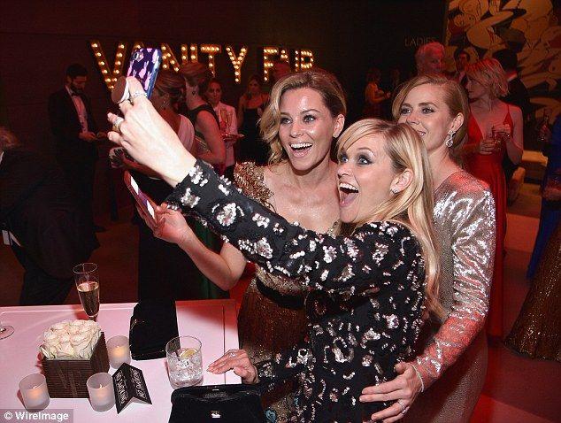 Nechaj ma selfie: Amy pózovala pre mžiku s Elizabeth a Reese, ako oni robili väčšinu noci ...