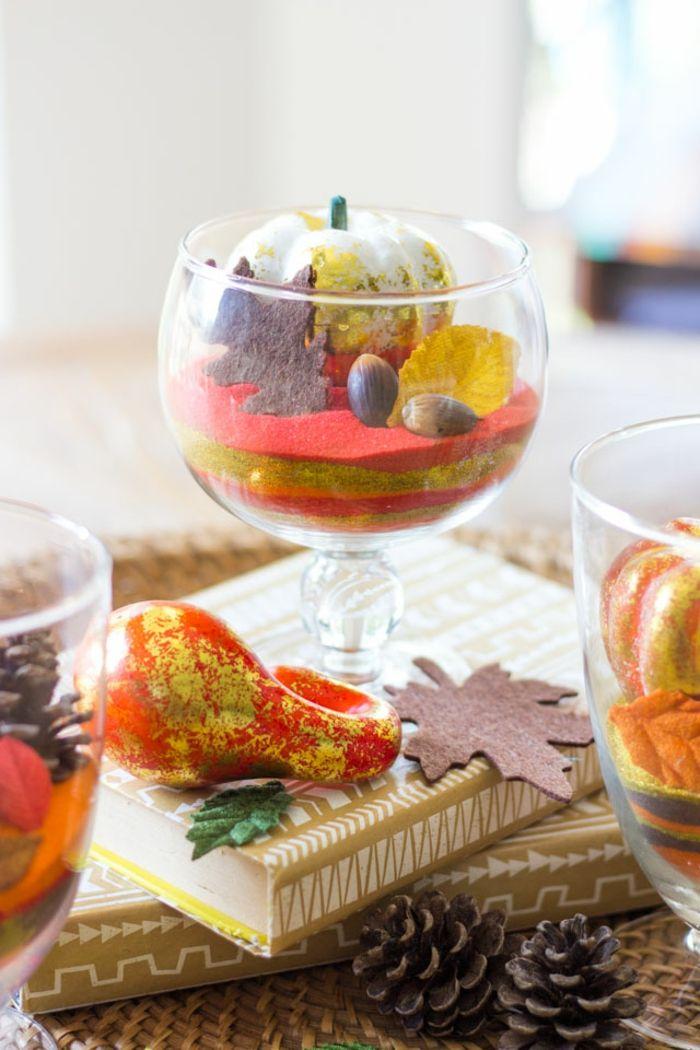 Glasbecher Mit Eicheln, Zapfen Und Kleinen Kürbissen Füllen, Den Tisch  Herbstlich Arrangieren, DIY