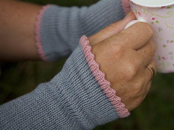 Frauen, die leicht frösteln, wissen Stulpen zu schätzen.  Diese wärmen nicht nur, sie sind auch wunderbar angenehm zu tragen. Du spürst kein