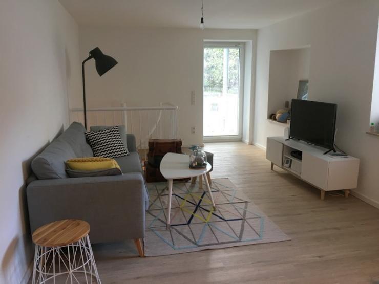 Modernes Wohnzimmer, Teppich mit geometrischem Druck, graue - wohnzimmer couch gemutlich