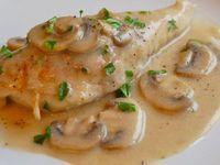 Receta de Pechugas en Salsa de Champiñones | Deliciosas pechugas de pollo bañadas en una suave y cremosa salsa de con trozos de champinones.