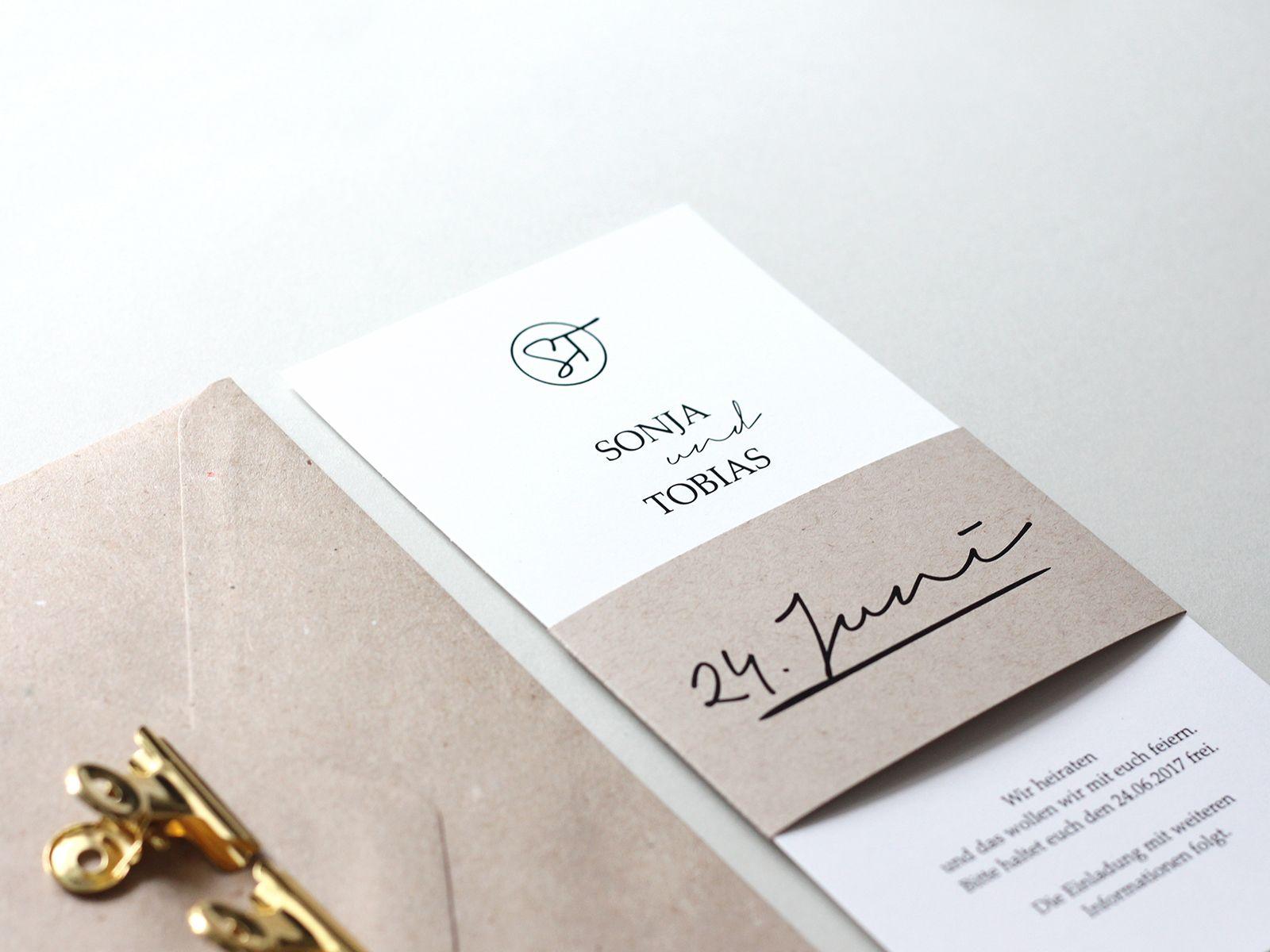 Save the date karte mit logo prägung und kraftpapier banderole