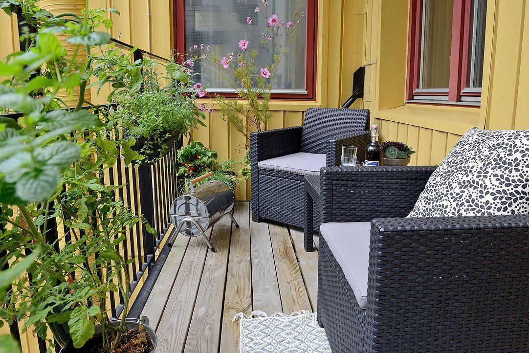 Plats för både möbler och grill på köksbalkongen