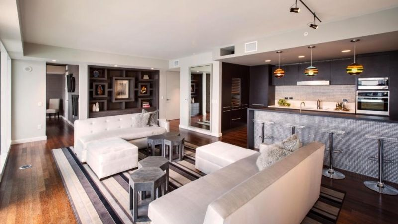 eklektische Mischung von Texturen Ziegelwand Holzboden Marmor - offene wohnkuche mit wohnzimmer