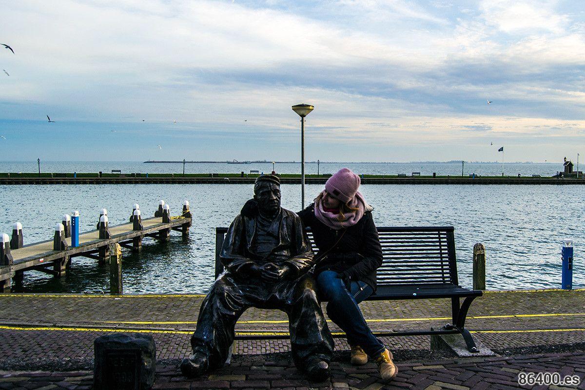 Nerea con un pescador del pueblo de Volendam – Edam y Volendam