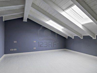 Stanza vuota in mansarda con soffitto in legno inspiring