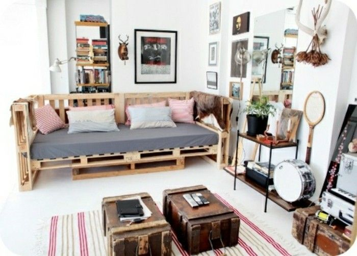 Divano bancali ~ Ambiente arredato con divano in pallet valigie vintage utilizzate