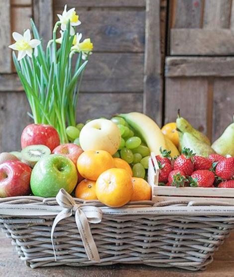 Cesta De Frutas Y Flores Sally Hambleton Frutas De Temporada Cestas De Frutas De Regalo Canasta De Frutas