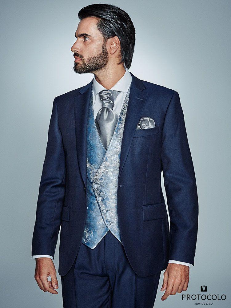 Traje de novio HONORIO en color azul espectacular con chaleco semicruzado  en tonalidades grises modelo Tracio y corbanda Cles estampada en azules y  platas. 9b50024f36b