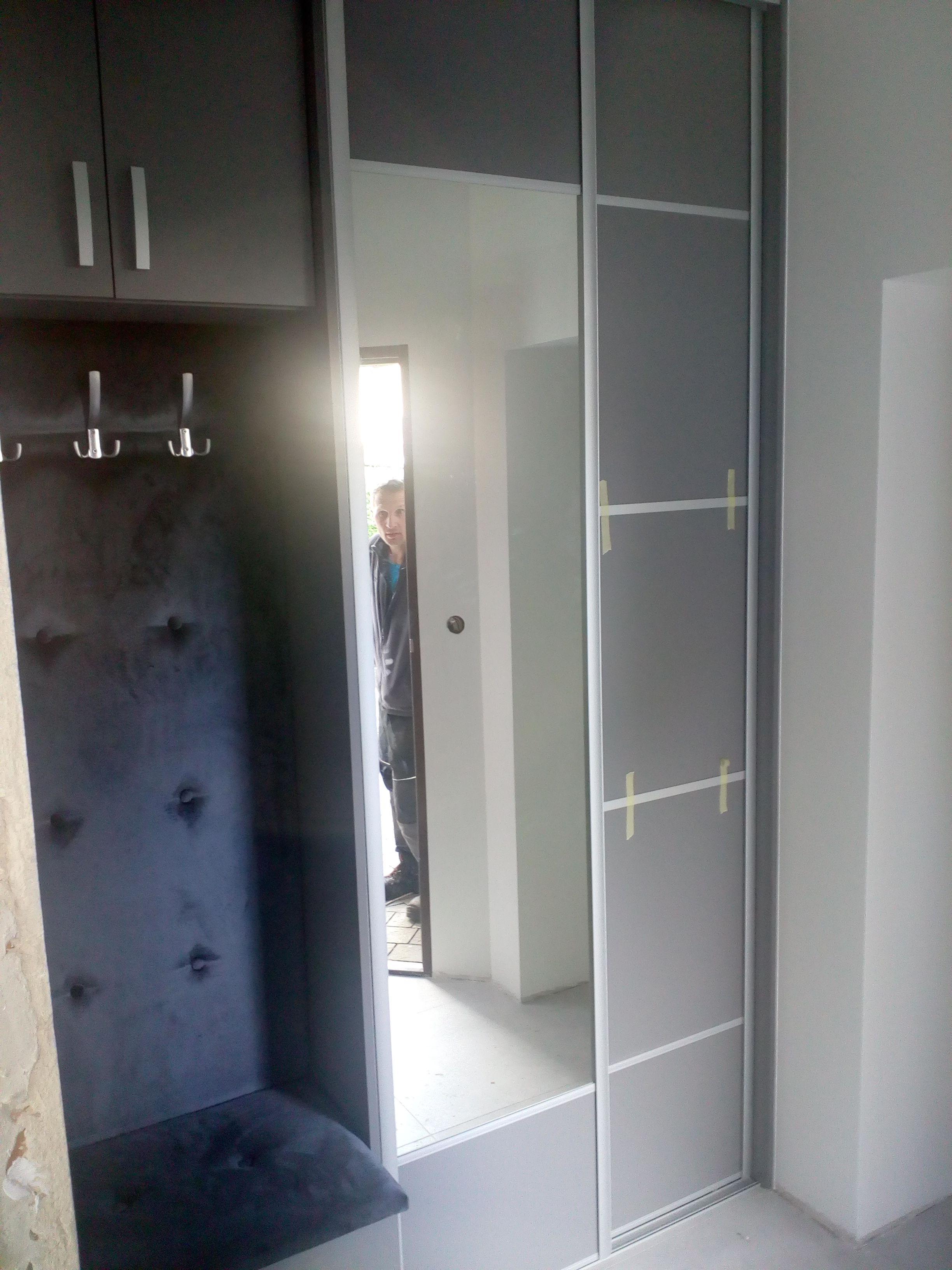 Szafa Z Siedziskiem Tapicerowanym Umieszczona W Wiwtrolapie Locker Storage Storage Home