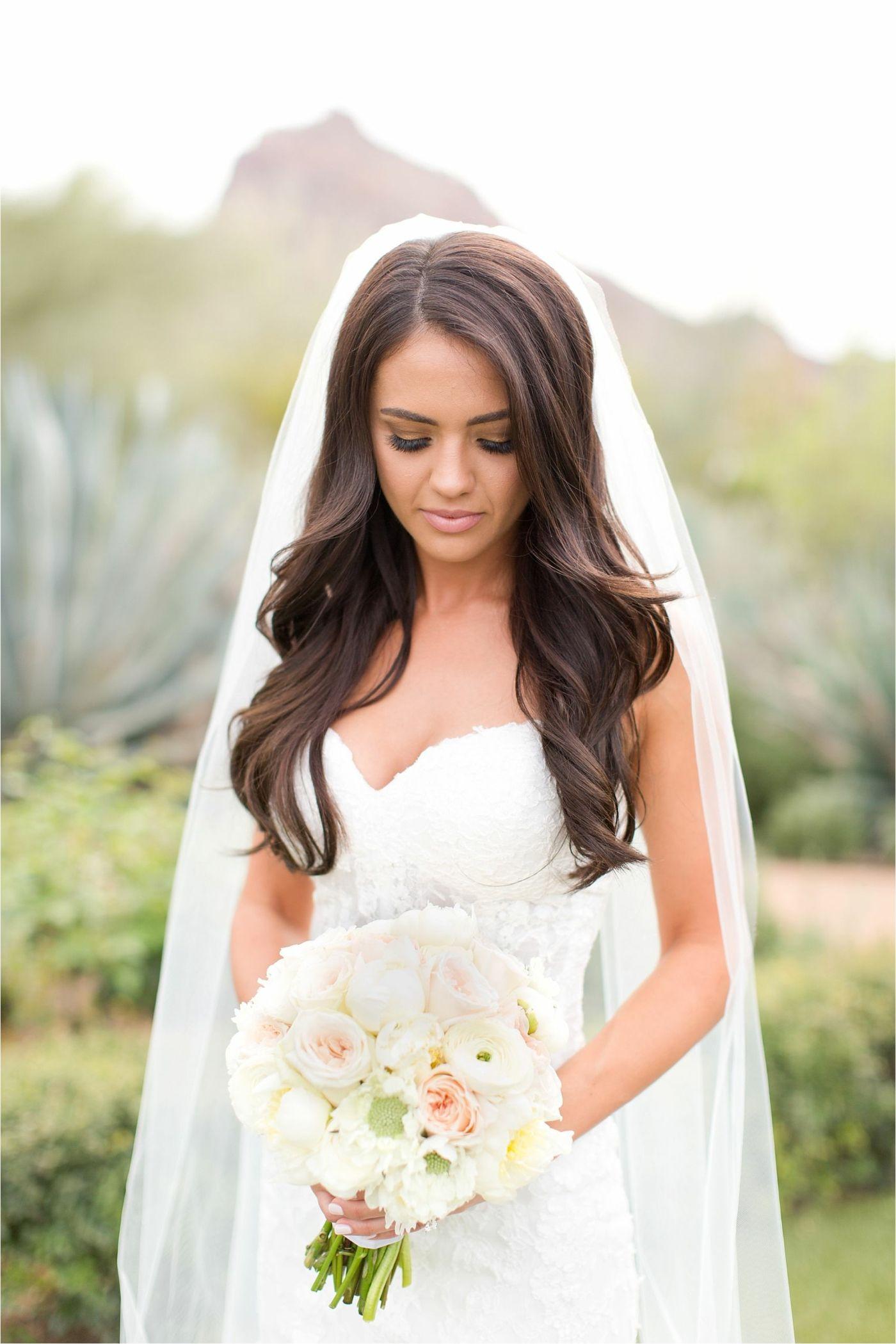 Lange, glatte #Haare mit dezenten Wellen für #Hochzeitsfrisuren