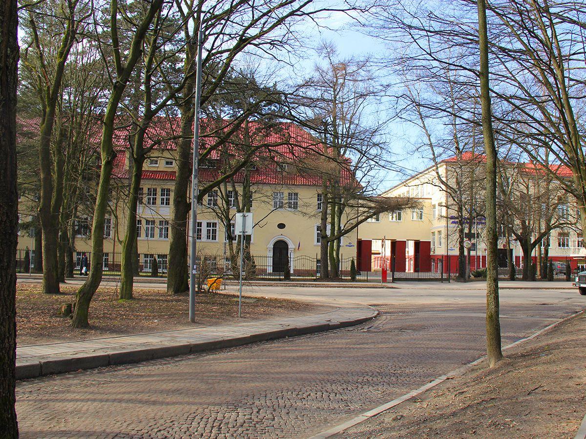 Впереди — здание лицея - интерната