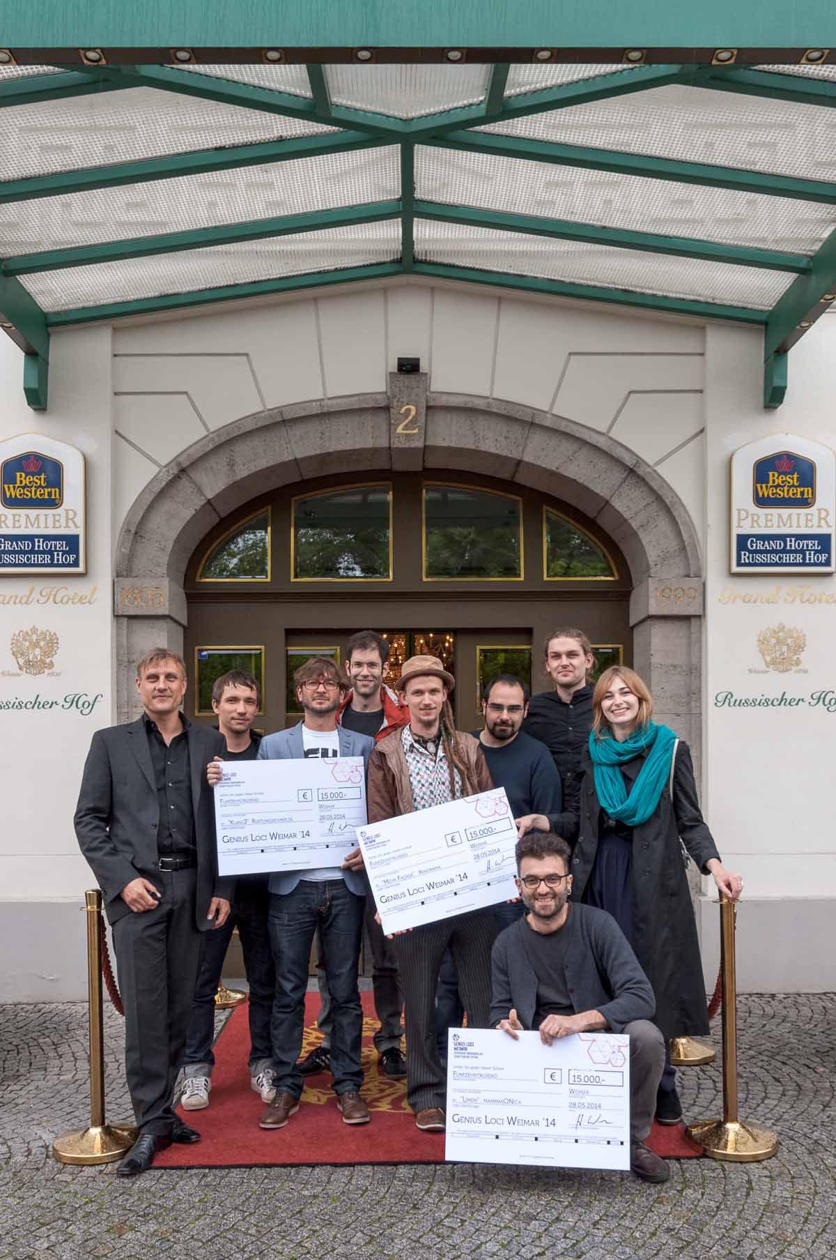 Gewinner Und Hendrik Wendler Vor Dem Best Western Premier Grand Hotel Russischer Hof In Weimar