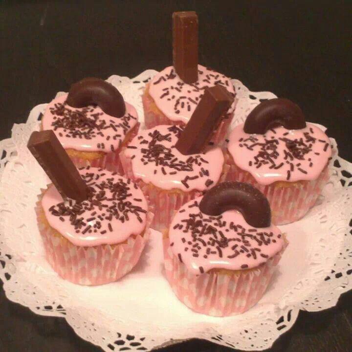 Cupcakes de vainilla con glassa rosa, filipinos y kit kat de Cuqui Cakes