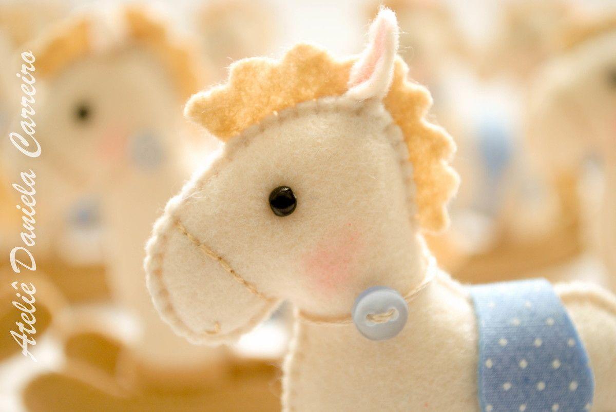 Cavalinho de Balanço em Feltro    Bordado manualmente.    Acompanha saquinho de celofane, fita de cetim, tag com data do nome do bebê e data do evento.