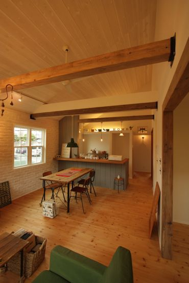 真っ白いレンガの壁に板張りの勾配天井 可愛いとカッコいいのバランスがいいカリフォルニア風な平屋のおうち 茨城で注文住宅なら自然素材の家を建てるエフリッジホーム 家 住宅 インテリア 装飾