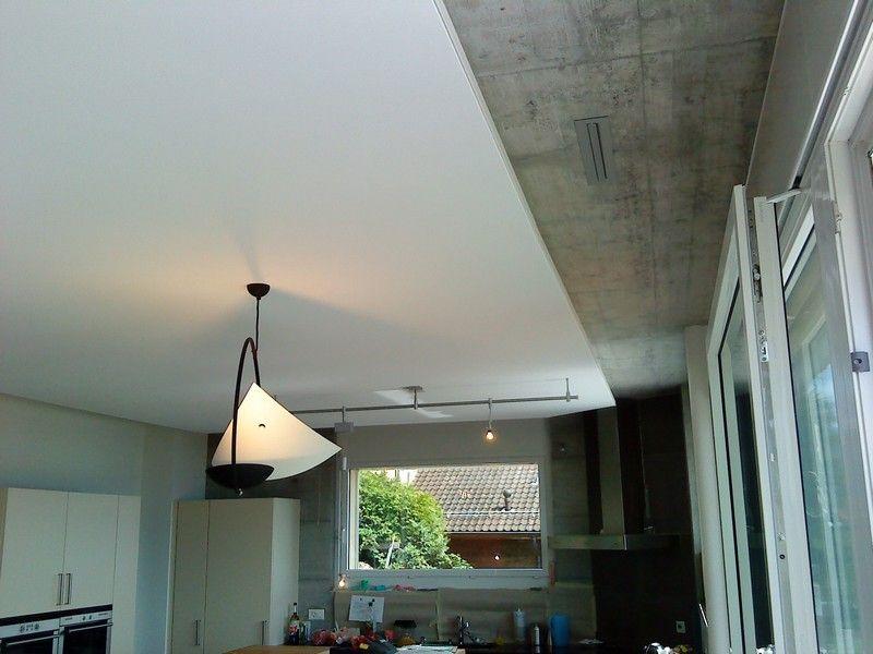 Plafond tendu en toile technique acoustique réalisé dans une cuisine - toile tendue pour terrasse