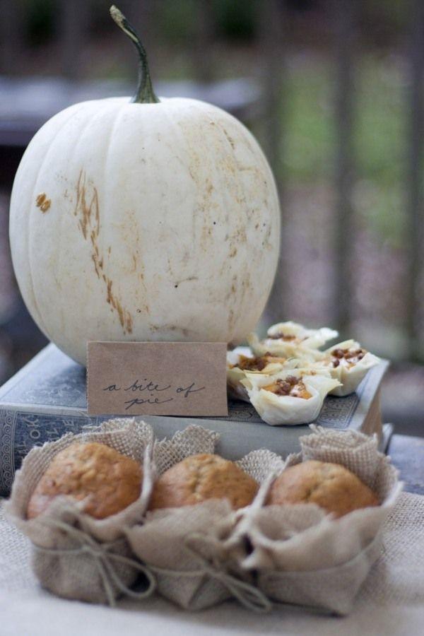 deko herbst party garten weißer kürbis muffins sackleinen