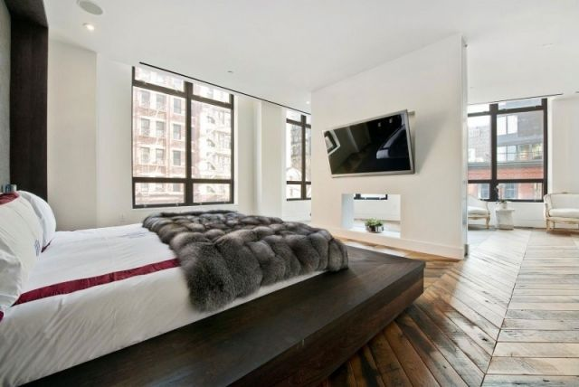 schlafzimmer design offen parkettboden bett plattform tv wand,