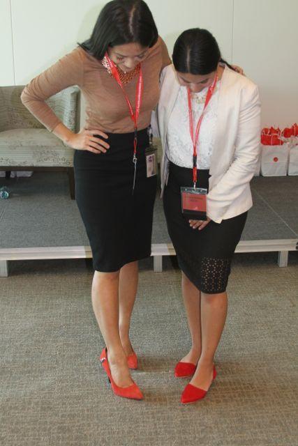 b5306649 Dos participantes del evento comparando zapatos. Los de la derecha, son el  modelo de Farylrobin que regalamos en el evento.