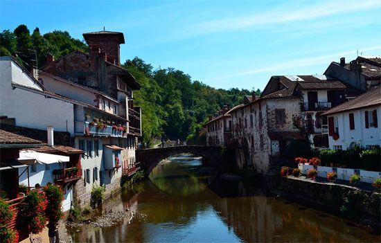En agosto aumenta el número de peregrinos a Compostela: http://www.guiarte.com/noticias/aumenta-flujo-peregrinos-agosto-2013.html