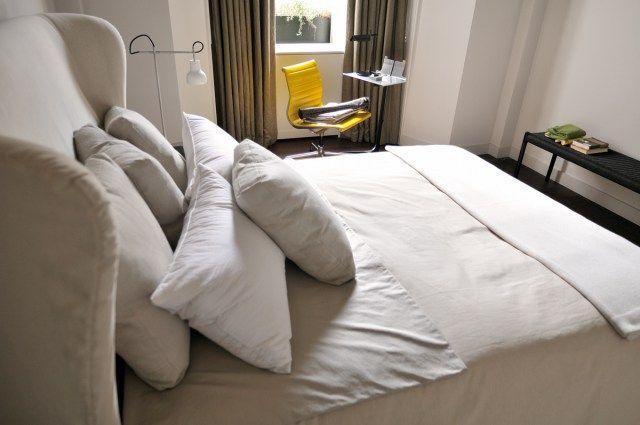 Chambre marron glacé. Tête de lit en lin. Appartement ...