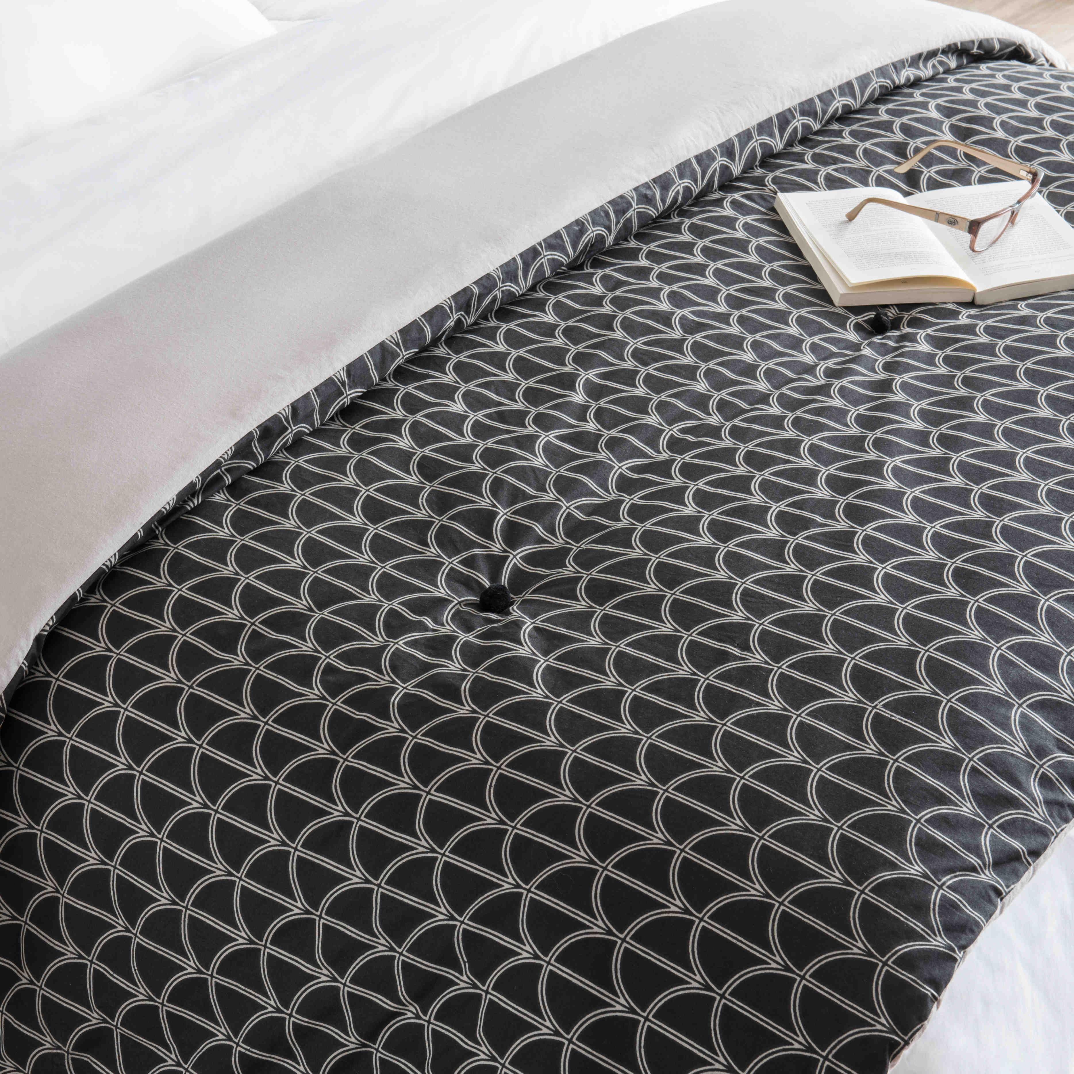 Boutis En Coton Motifs Noirs Et Blancs 130x200cm Maisons Du Monde Motifs Noir Et Blanc Motif Noir Noir Et Blanc