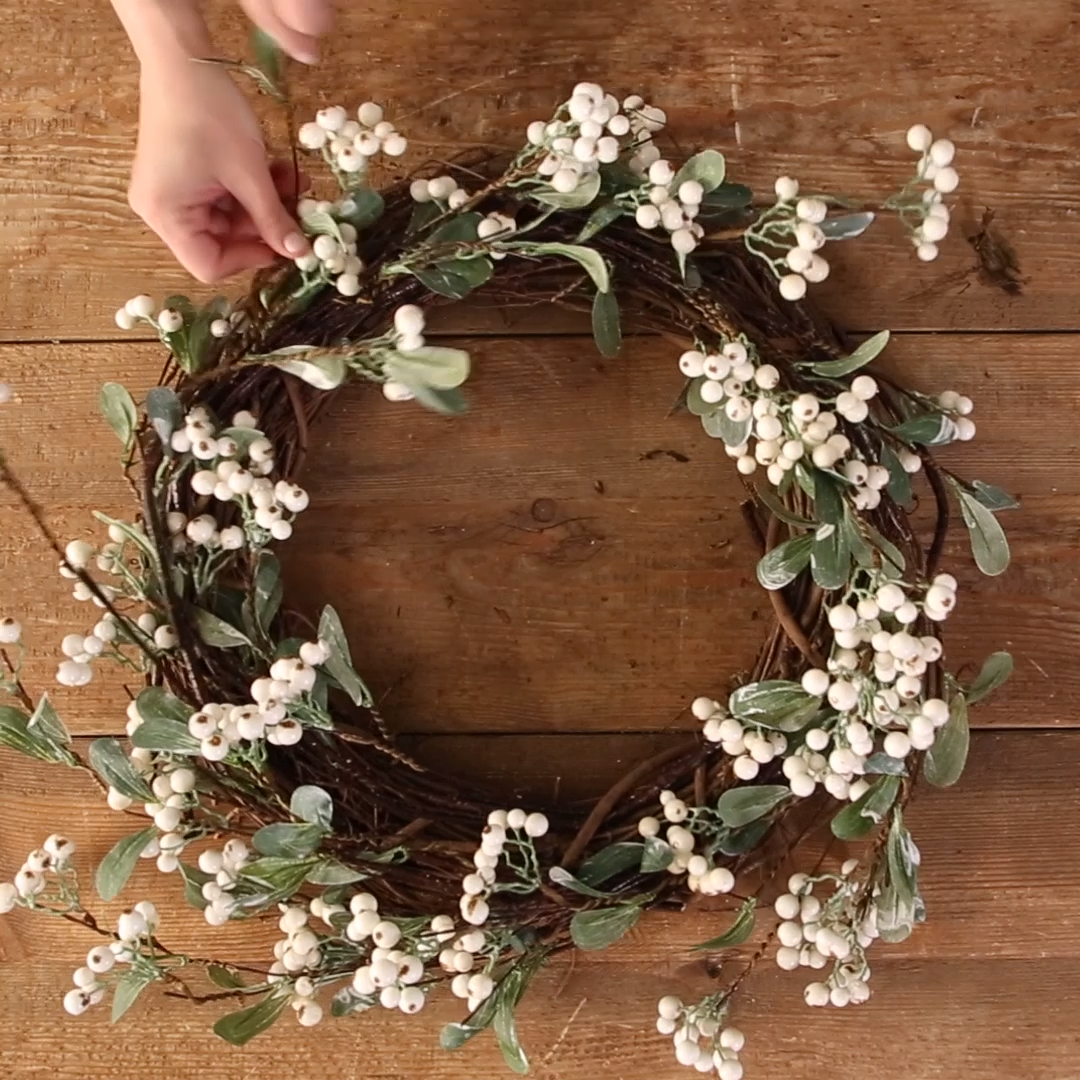 How to Make a White Berry Wreath - Fall DIY #fallcolors