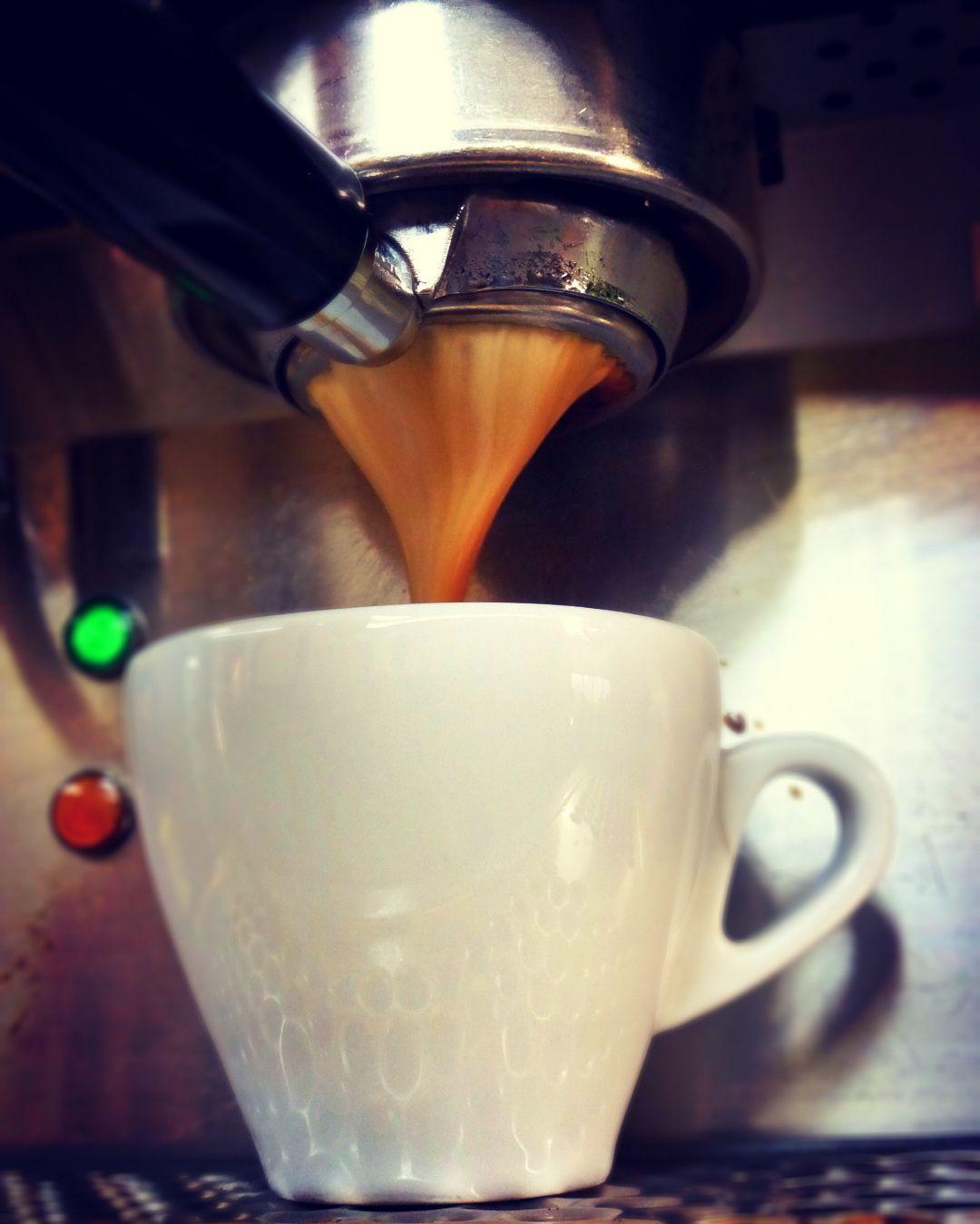 A R O M A  D I  C A F F É   Tarde para disfrutar del mejor café.  Vive momentos especiales en #AromaDiCaffé  tu lugar de encuentro.  #MomentosAroma #SaboresAroma #ExperienciaAroma #Caracas #MejoresMomentos #Amistad #Compartir #Café #CaféBombón #CaféColonial #CaféVenezolano #Capuccino #Coffee #CoffeePic #CoffeeLovers #CoffeeTime #CoffeeBreak #CoffeeAddicts #CoffeeHeart #InstaPic #InstaMoments #InstaCoffee Visítanos en el C.C. Metrocenter pasaje colonial.