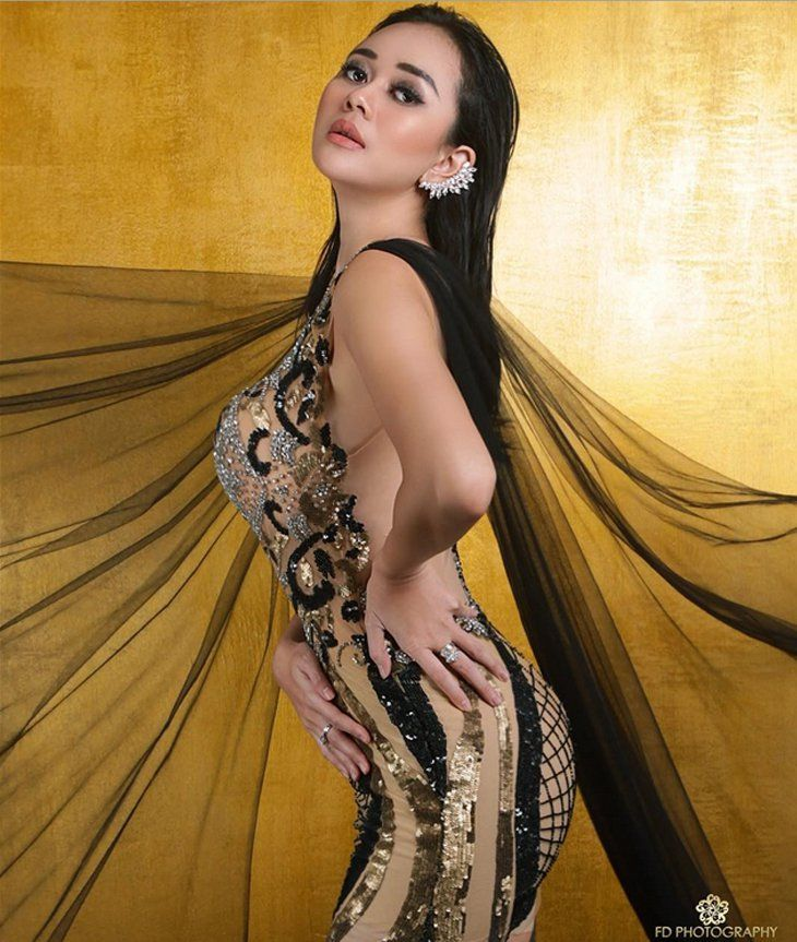 aura kasih pakai gaun transparan netizen aduh bikin tegang4 jpg 730 863 model sexi indonesia pinterest discover more ideas about