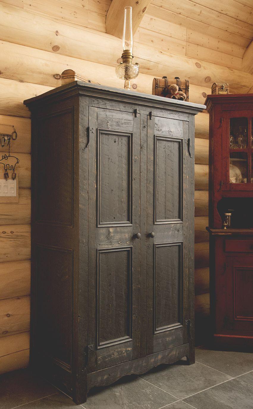 Armoire antique en bois de grange photographie par julie for Armoire cuisine antique