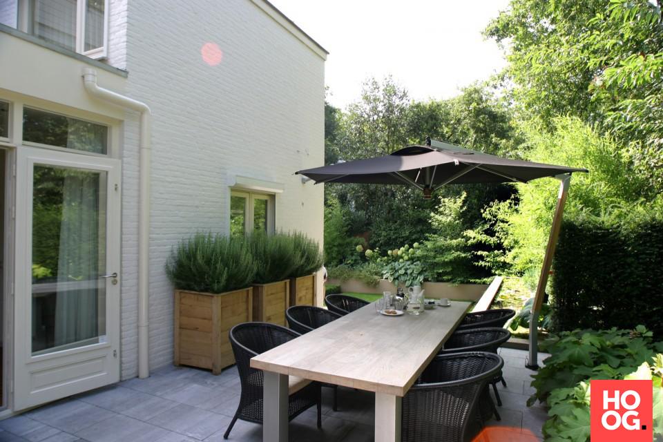 Zithoek met parasol in tuin bij luxe villa tuin ideeën tuin