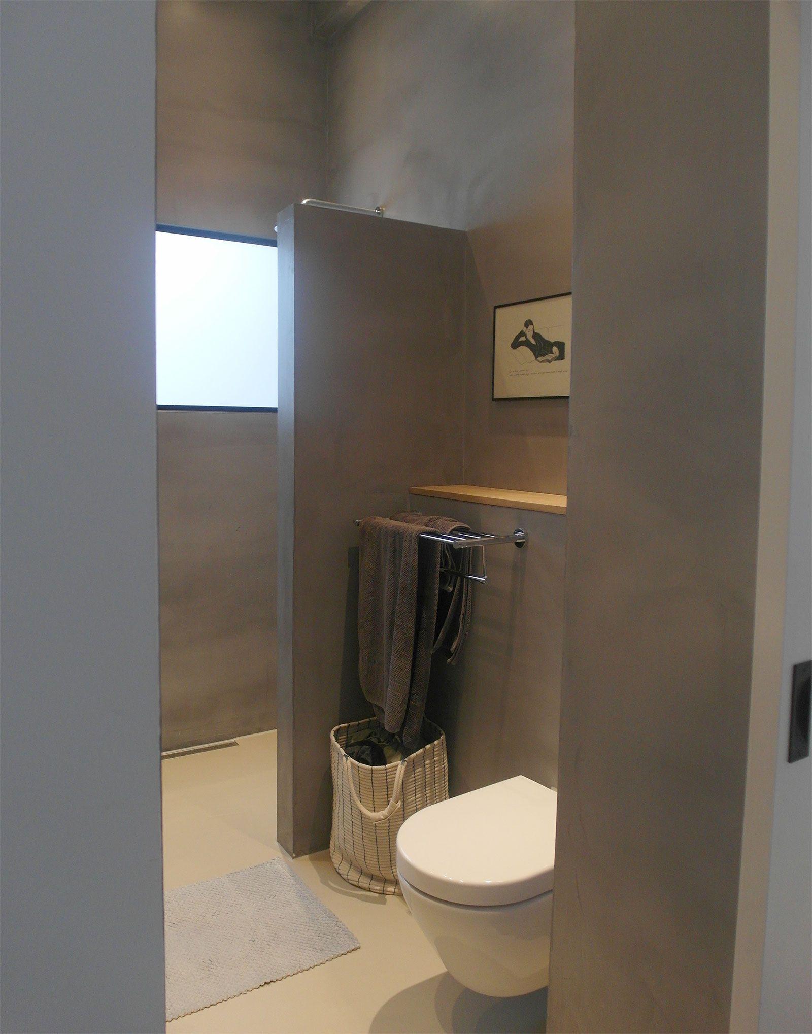 Microcement badkamer Amsterdam Deze strakke badkamer in Amsterdam laat zien hoe mooi een lichte gietvloer en microcement tegen de wanden samen gaan