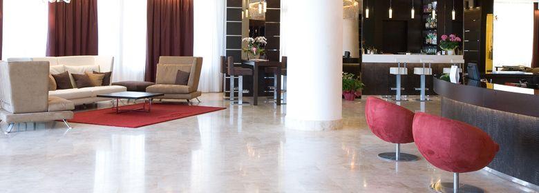 L'elegante hall dell'albergo