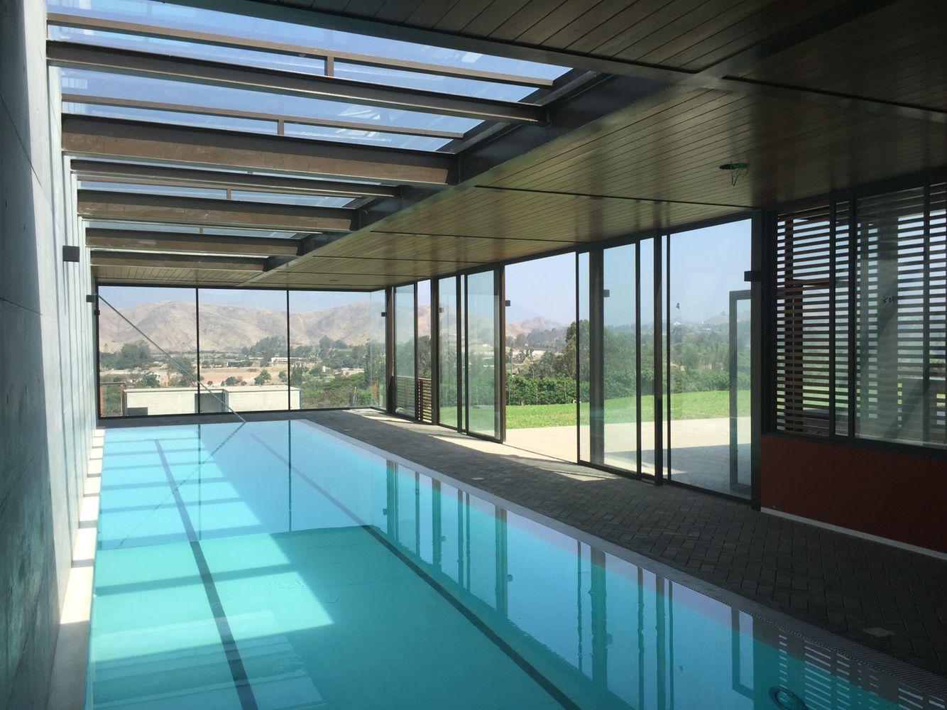 Piscina techada temperada en pachacamac casas de campo for Diseno de piscinas para casas de campo