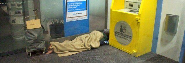 Unha persoa durme nun caixeiro