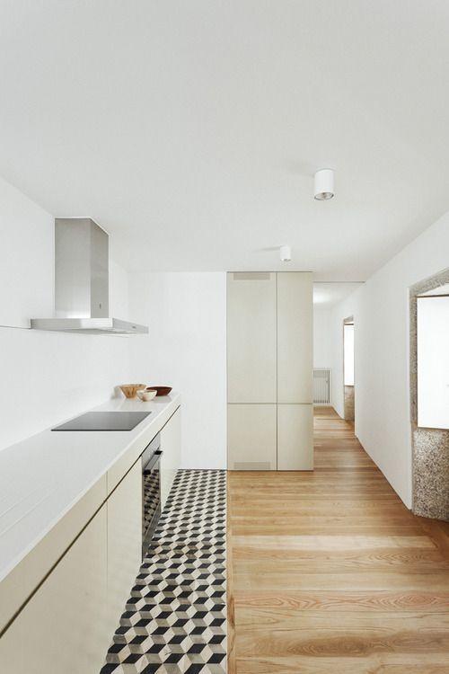 Cooler Übergang von einem Parkett zum Fliesenboden der Küche - interieur bodenbelag aus beton haus design bilder