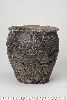 Viking age ceramic vessel found in Adelsö, Uppland, Sweden. Historiska museet Sweden.