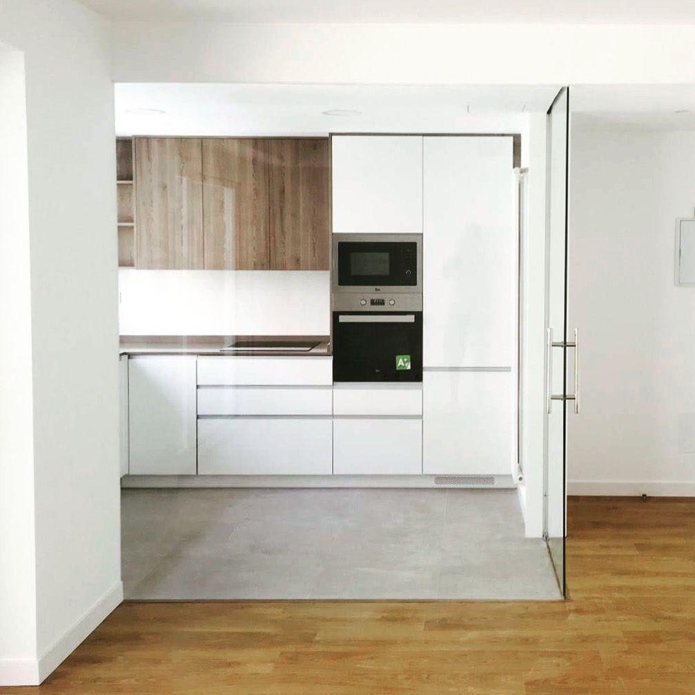 Esta cocina se ha separado del sal n con tabiques de - Tiradores de cocina modernos ...