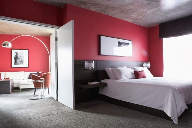 Wände Im Schlafzimmer In Himbeerrot Und Decke In Grau