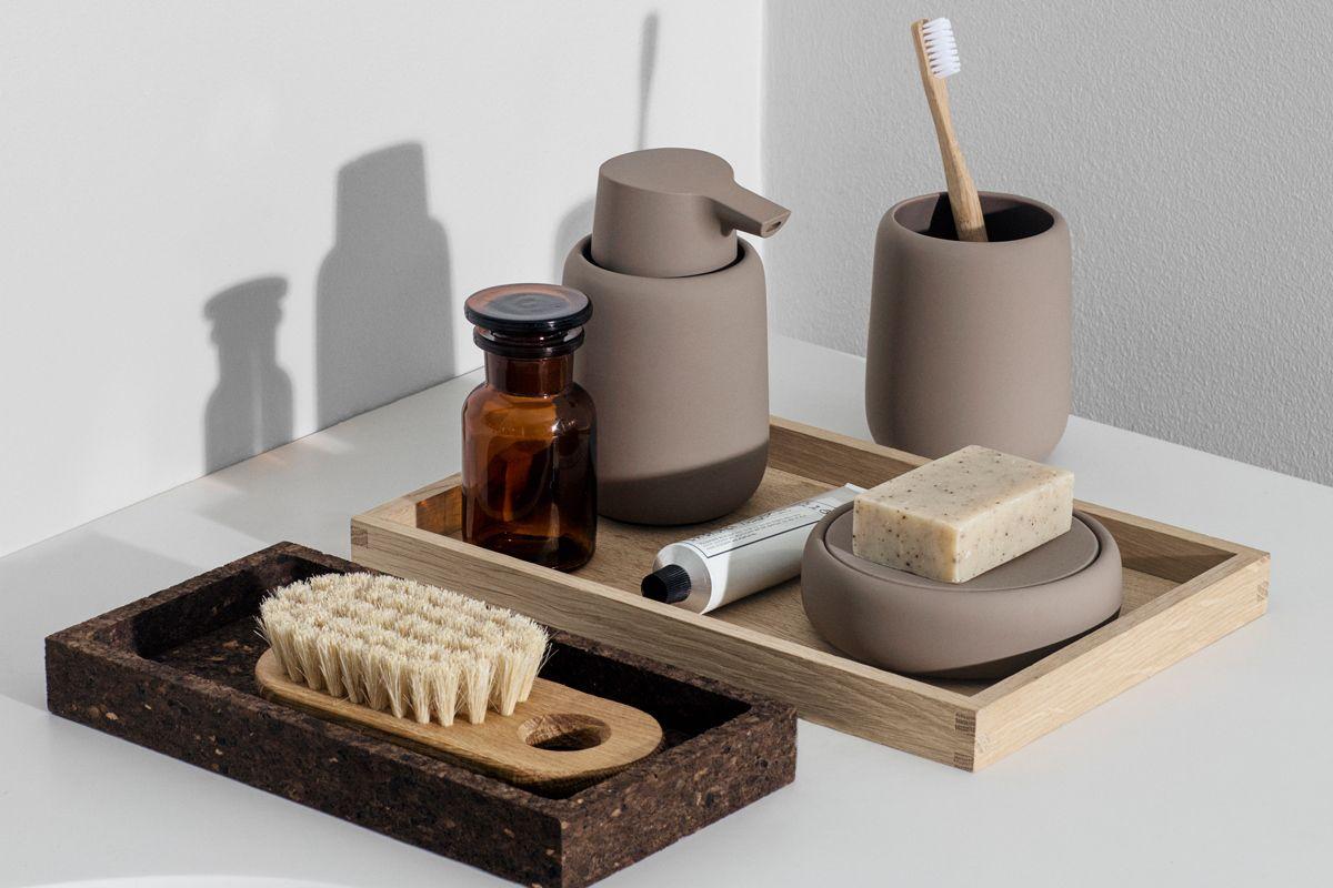 Milchkaffee Braun Einrichten Homestyling Ablage Im Badezimmer Minimalistisches Badezimmer Tisch In Der Mitte