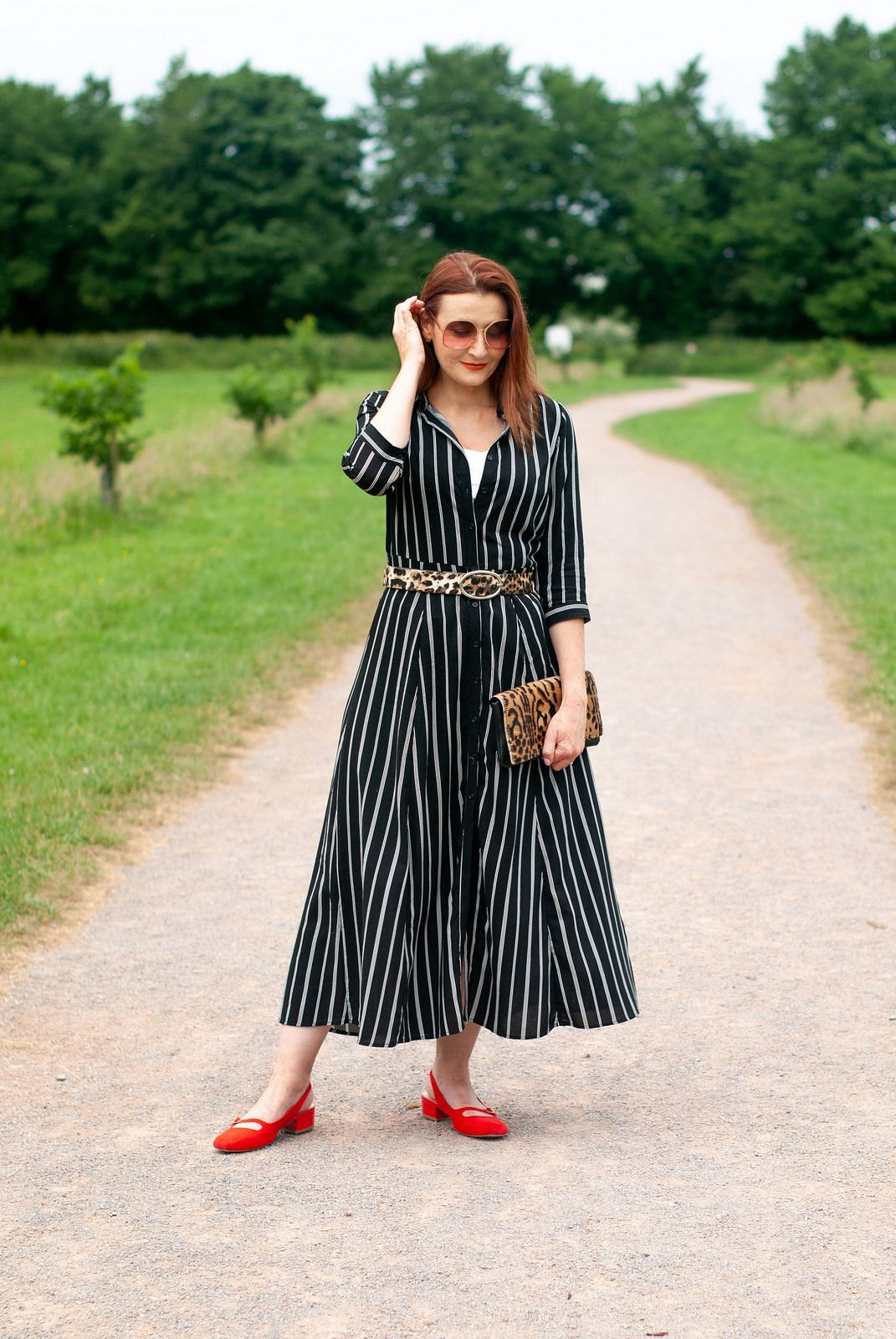 How to style a summer shirt dress with pattern mixing black and