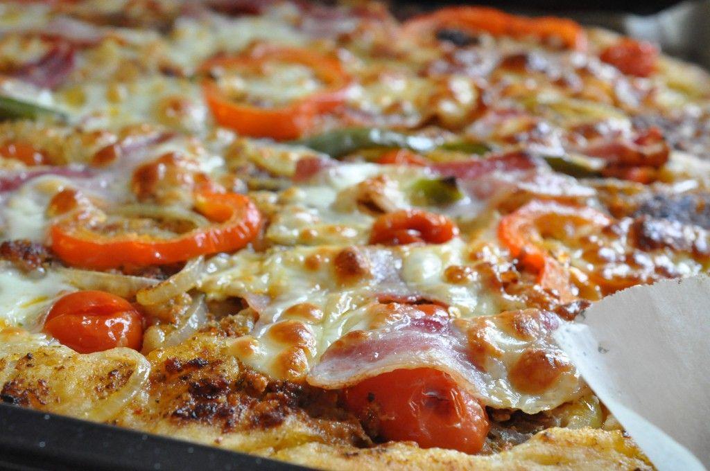 Kæmpe deep-pan familiepizza med rød pesto, bacon og mozzarella i 2019 | Pizza | Bacon, Dessert ...