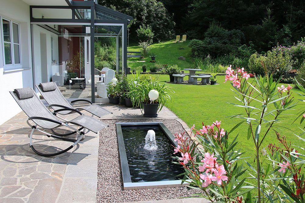 Rechteckiges Wasserbecken mit Edelstahlrand und kleinem Wasserspiel #poolimgartenideen