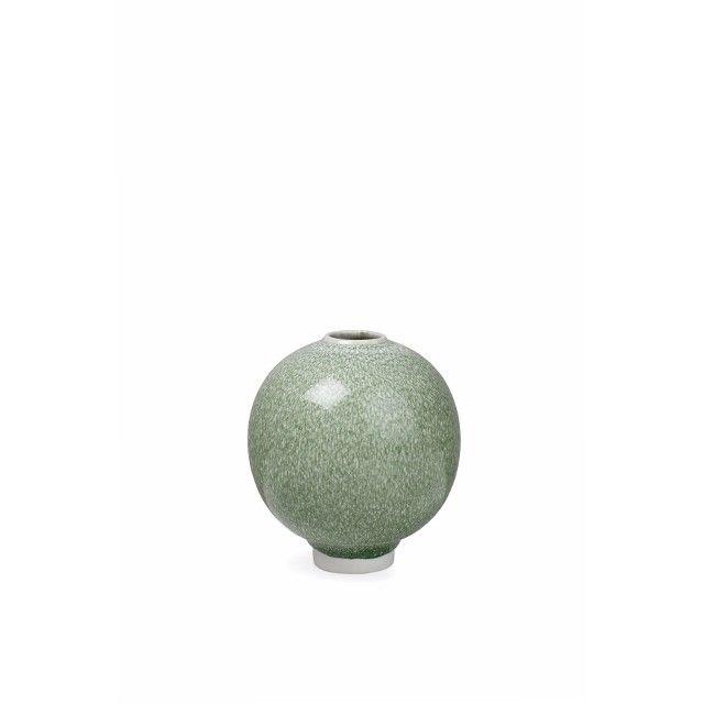 Unico Vase Mosgrøn   Den smukke, lille Unico-vase i mosgrøn fra Kähler er til den stilbevidste designelsker med en forkærlighed for enestående kunst og historie. Den skulpturelle vase, der er designet af Anders Arhøj, har en tyngdefuld og farverig glasur, som skaber en spændende kontrast i mødet med den lette keramik. Lad den fine Uncio-vase i mosgrøn være et stærkt designstatement, der tilføjer farvestrålende personlighed og virker som hjemmets lille, eksklusive kunstværk.