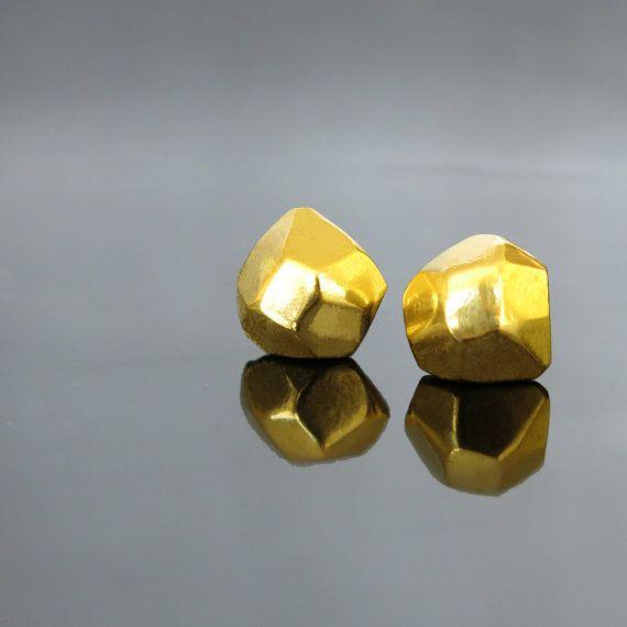 He encontrado este interesante anuncio de Etsy en https://www.etsy.com/es/listing/205127590/small-gold-studs-gold-stud-earrings