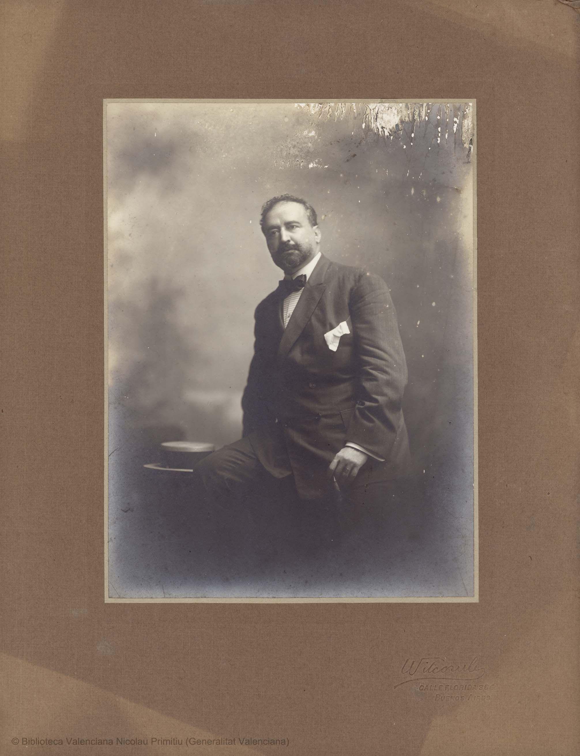 Retrato, de Witcomb. Buenos Aires, 1909, 22 x 16 cm, en h. de 34 x 26,5 cm  [Colección de material gráfico de Vicente Blasco Ibáñez]